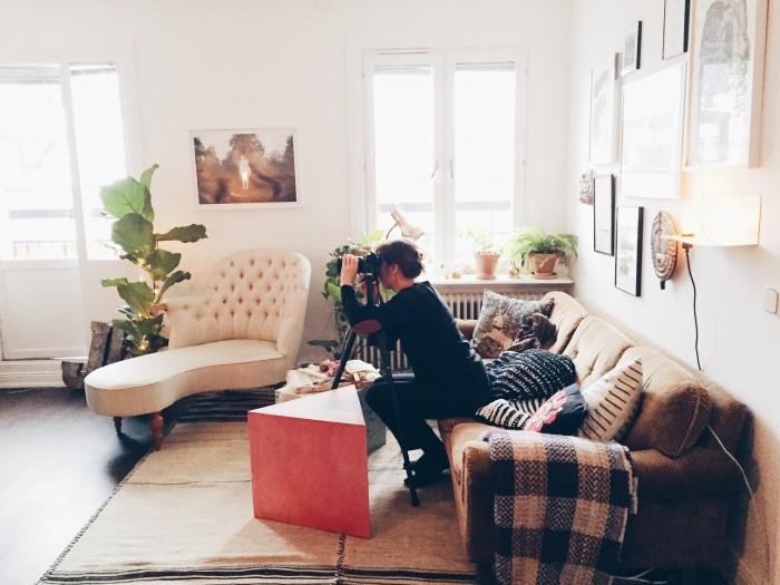 Home stories Ida Magntorn fotograferar, soffa, schäslong, soffbord, matta