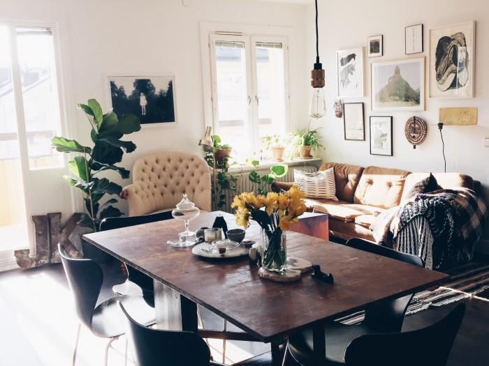 Home stories Katarina Matsson matbord, soffa, tavelvägg