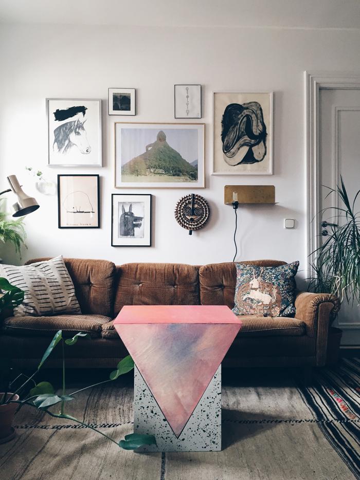 Home stories Katarina Matssons soffa, tavelvägg, soffbord Fredrik Paulsen