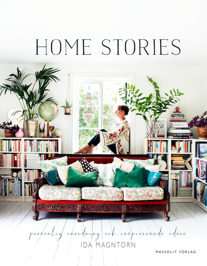 Home stories, inredningsbok, framsida soffa, bokhyllor, jordglob, palm, Ida Magntorn i fönster