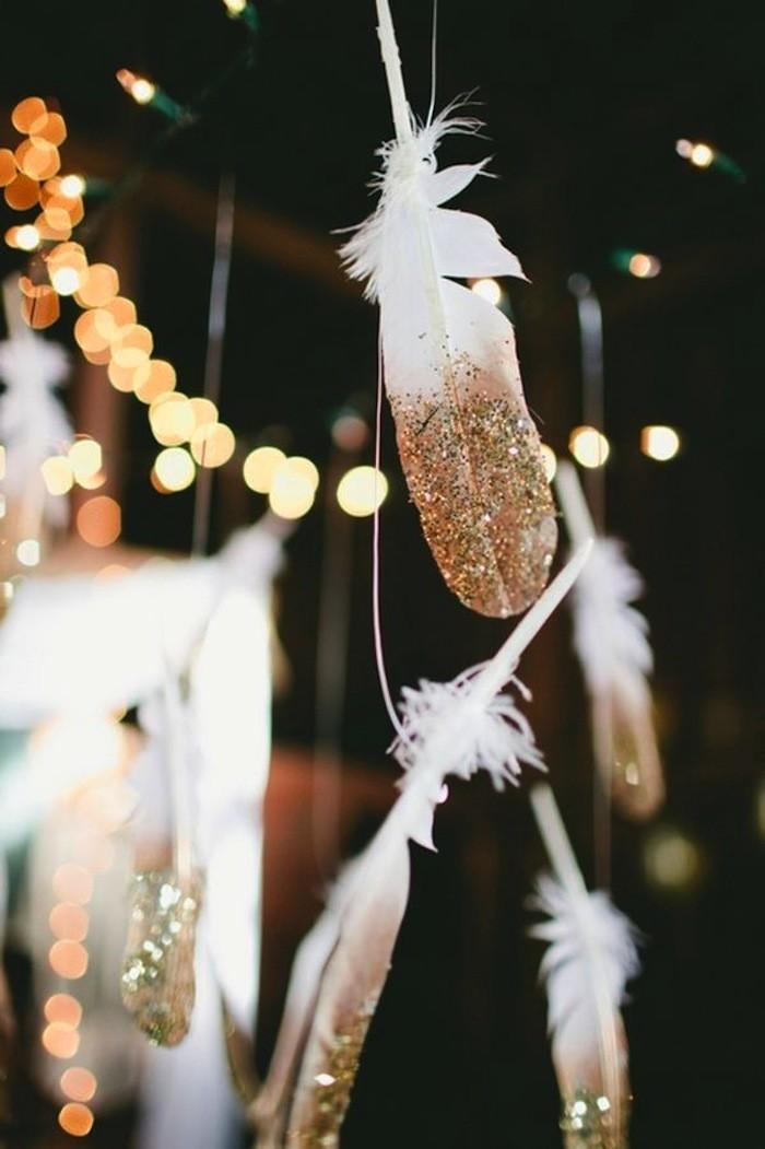 Nyårstips, blommor, dukning, guldfärgade fjädrar