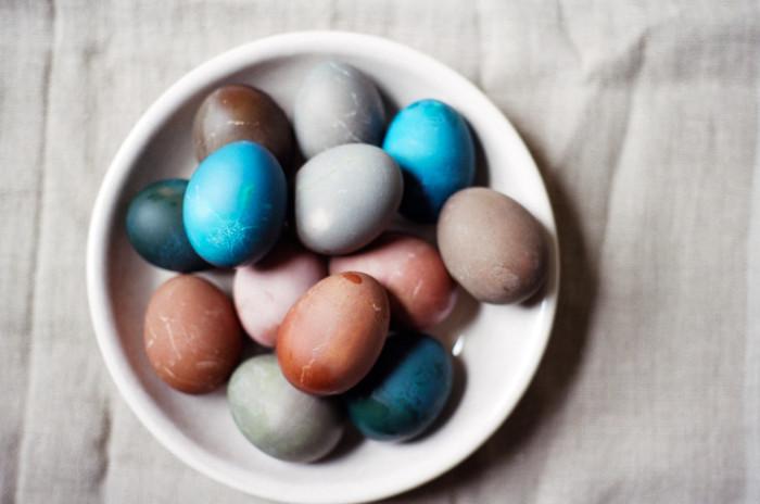 Färga ägg på naturligt vis