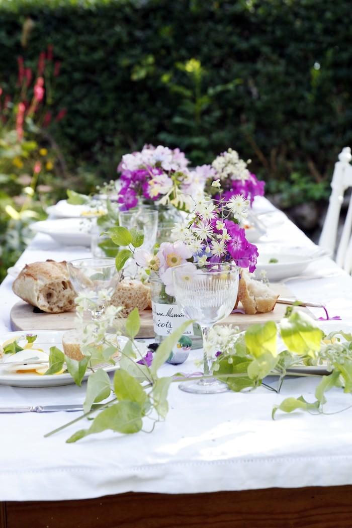 Blommig sommardukning utomhus