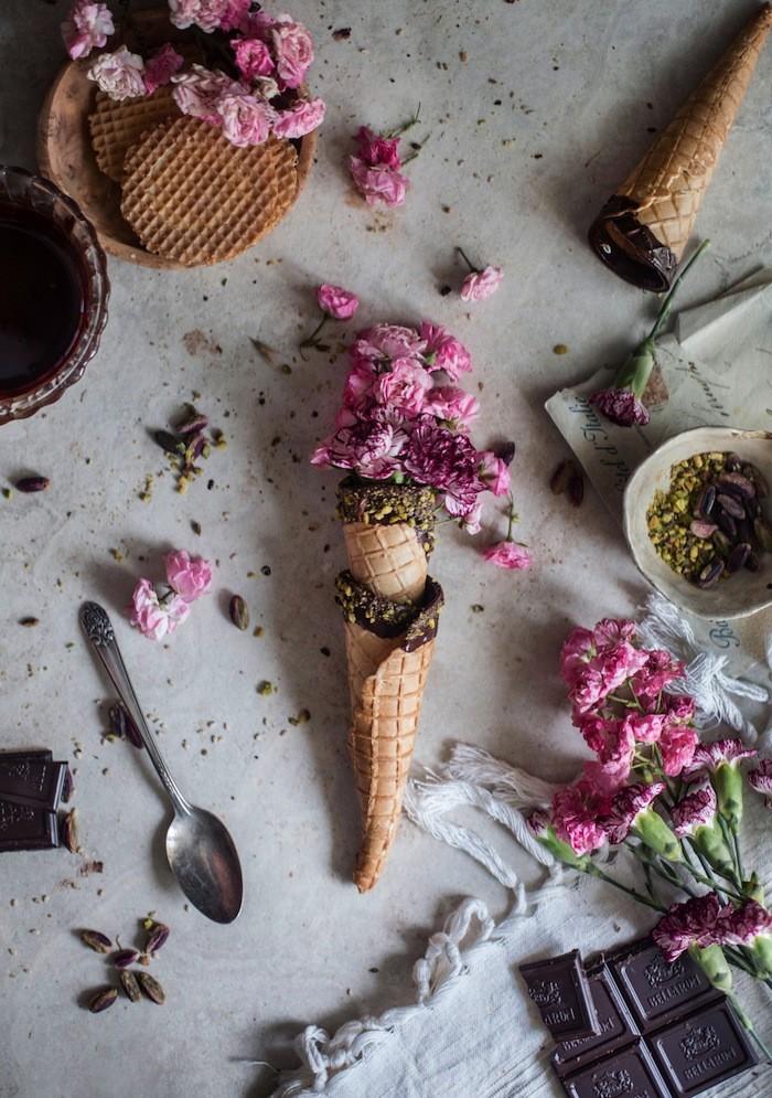 glasstrutar med blommor och fina dekorationer